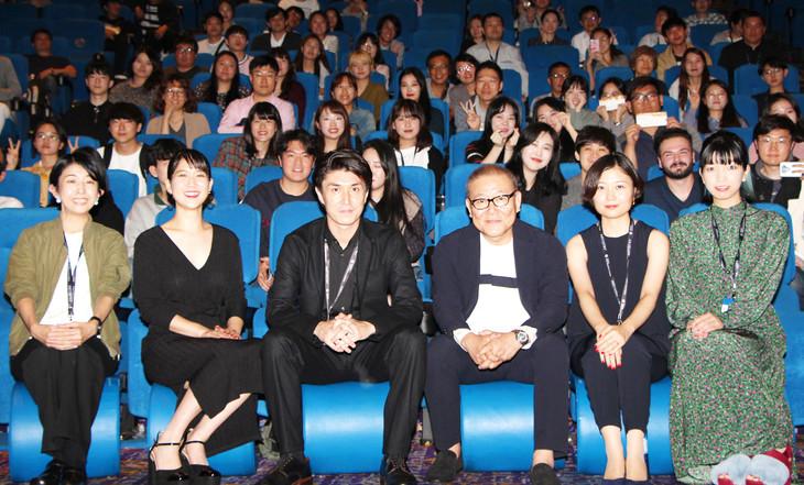 左から早川千絵、柳英里紗、木下雄介、國村隼、津野愛、藤村明世。