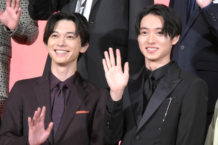 左から吉沢亮、山崎賢人。