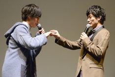 寺坂頼我(左)と指輪交換のふりをする小澤廉(右)。