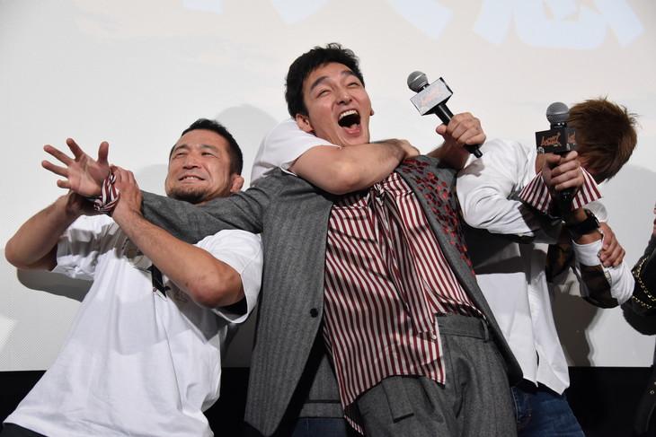 中村大介(左)、所英男(右)、桜庭和志(中央奥)に絞め技と関節技をくらう草なぎ剛(中央手前)。