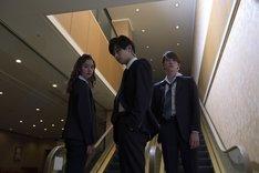 「あのコの、トリコ。」エンドロールより、深夜ドラマでボディーガードを演じる雫(左)、頼(中央)、昴(右)。