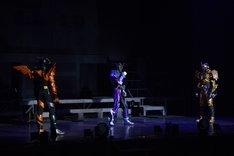 「仮面ライダービルド ファイナルステージ&番組キャストトークショー スペシャルバージョン」の様子。左から仮面ライダービルド ホークガトリングフォーム、仮面ライダーローグ、仮面ライダーグリス。