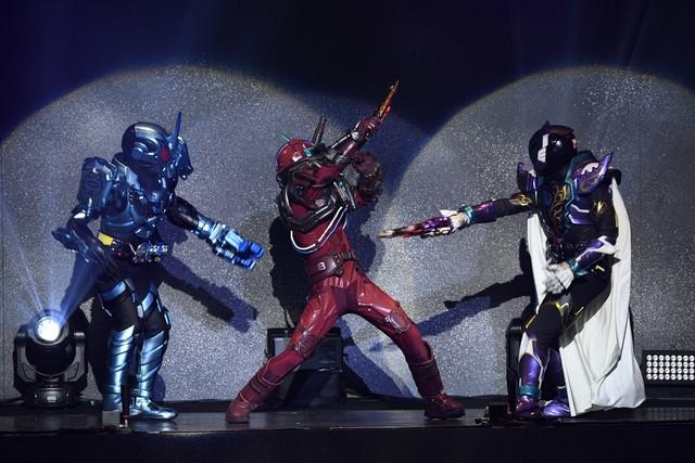 「仮面ライダービルド ファイナルステージ&番組キャストトークショー スペシャルバージョン」の様子。左から仮面ライダーグリスブリザード、ブラッドスターク、仮面ライダープライムローグ。