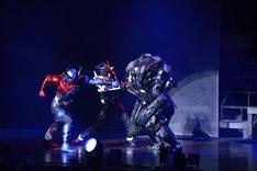 「仮面ライダービルド ファイナルステージ&番組キャストトークショー スペシャルバージョン」より、最後の戦いに挑む仮面ライダービルド(左)と仮面ライダークローズ(中央)。