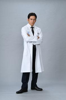 ドラマ「白い巨塔」より、岡田准一演じる財前五郎。