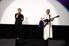 熱唱する阿部サダヲ(左)と吉岡里帆(右)。