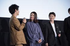 「ハナレイ・ベイ」公開記念舞台挨拶の様子。左から村上虹郎、吉田羊、佐野玲於。