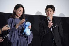 プレゼントの封を切る吉田羊(左)と佐野玲於(右)。