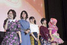 左から引坂理絵、本泉莉奈、小倉唯、田村奈央、キュアエール。
