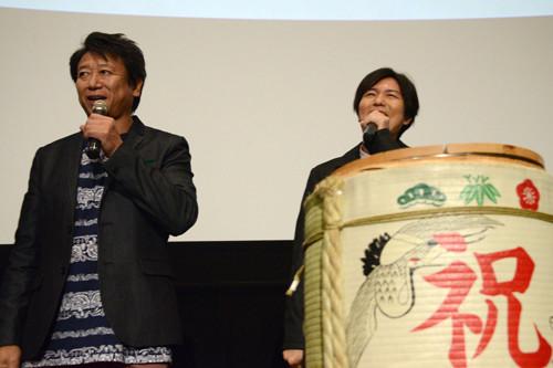 観客に鏡開きのコツを訪ねる井上和彦(左)と神谷浩史(右)。