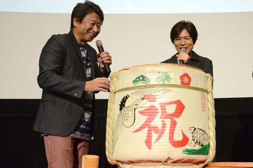 初めての鏡開きにわくわくする井上和彦(左)と神谷浩史(右)。