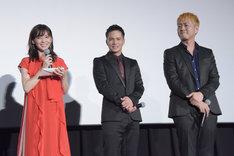 プロデューサーからの感謝の手紙に笑みを浮かべる倉科カナ(左)、市原隼人(中央)、宅間孝行(右)。