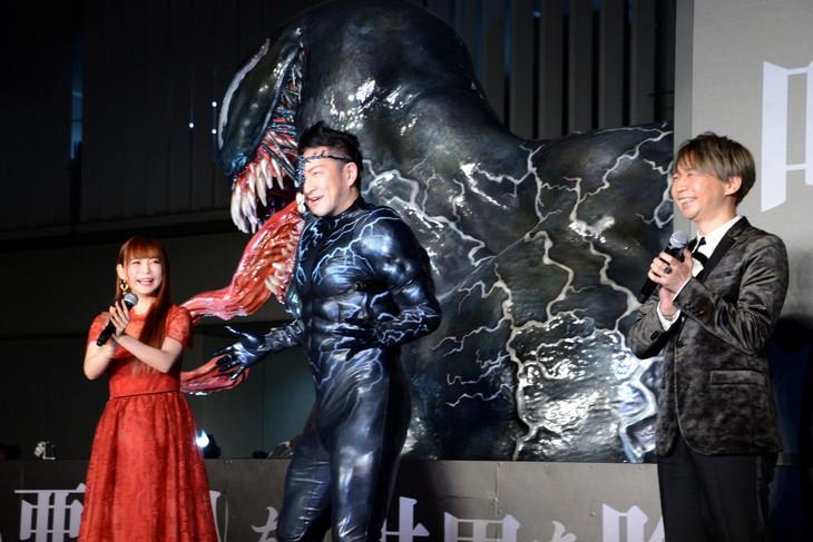 「ヴェノム」ジャパンプレミアにヴェノムの扮装で登場した中村獅童(中央)と、共演者の諏訪部順一(右)、中川翔子(左)。