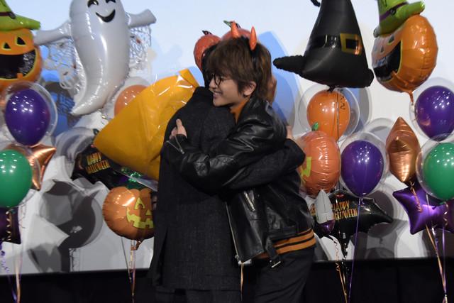 ハグを交わす吉沢亮(左)とNissy(右)。