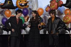 トリコダンスをする吉沢亮(左)、新木優子(中央)、Nissy(右)。