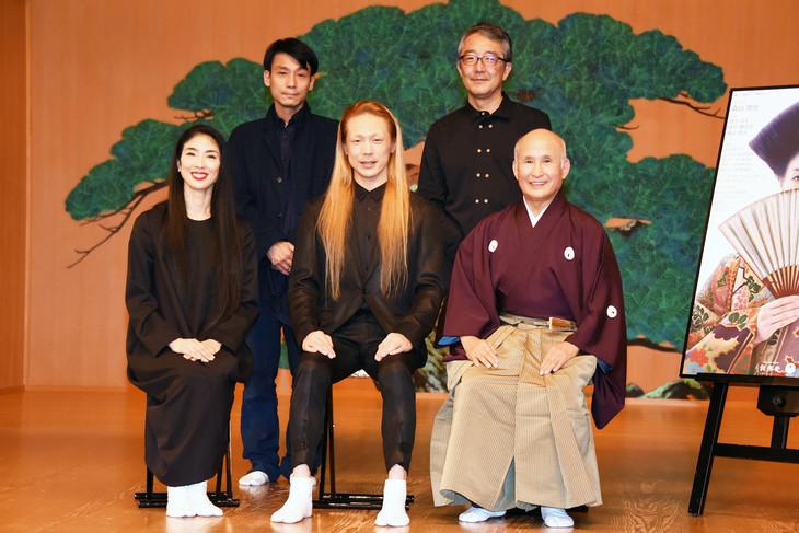 伝統と創造シリーズ vol.10「HANAGO-花子-」記者発表会より。前列左から酒井はな、森山開次、津村禮次郎。後列左から新居幸治、笠松泰洋。