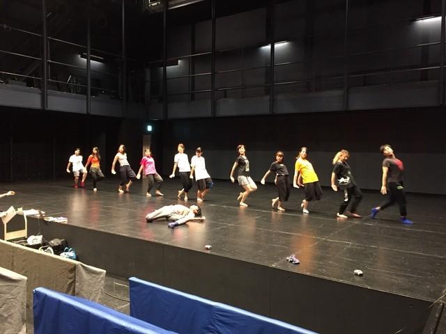 「若手振付家による高校生・大学生のためのダンス体験&鑑賞プロジェクト『ダンス体鑑!』」ワークショップの様子。