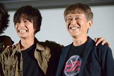 恐る恐る白倉伸一郎(右)と肩を組む武田航平(左)。