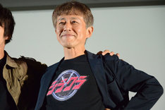 """「仮面ライダージオウ」風の""""シラクラ""""Tシャツを着た白倉伸一郎。"""
