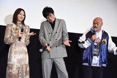 クロちゃん(右)の「アイドル志望だったから」という発言を聞いて、大げさにリアクションする田中圭(中央)。