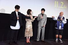 「SNSで一番炎上しそうな人は?」という質問に、田中圭(中央右)を指さして答える登壇者たち。