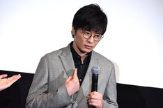 「SNSで一番炎上しそうな人は?」という質問の答えとして、自分を指さす田中圭。