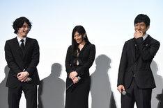 西島秀俊(右)に「懐いてました!」と告白する坂口健太郎(左)。