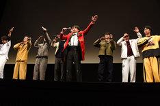 うろ覚えのまま、劇中の横山田ヒロシとファンの掛け合いを再現する青柳翔(中央)。