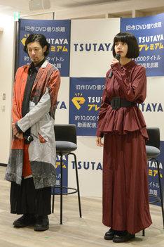 左からオダギリジョー、池田エライザ。