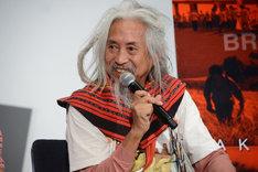 フィリピン北部の民族衣装で登壇したキドラット・タヒミック。