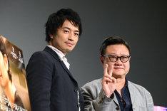 観客のカメラに目線を向ける斎藤工(左)とエリック・クー(右)。