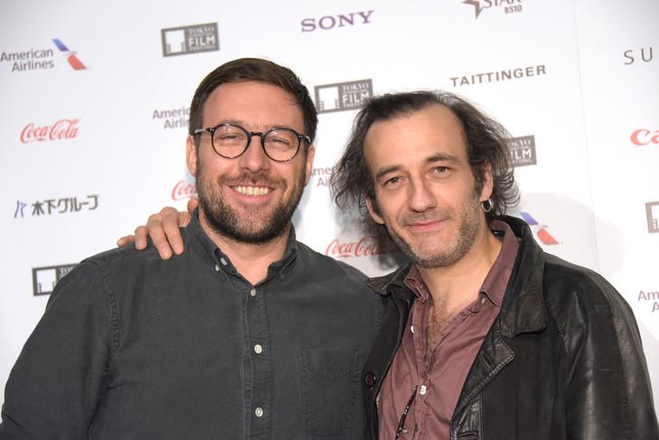 「大いなる闇の日々」記者会見の様子。左からマキシム・ジルー、マルタン・デュブレイユ。