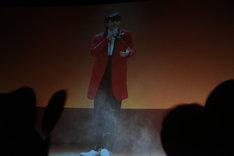 上映された「jam」のヒロシ歌唱シーン。