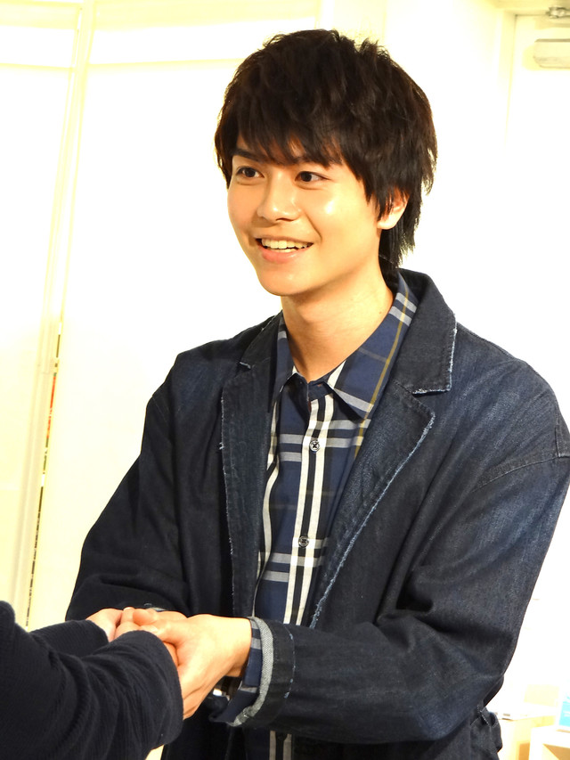 ファンと握手する多和田任益。