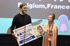 長編グランプリを受賞したマーク・ジェイムス・ロエルズ(左)、 エマ・ドゥ・スワーフ(右)。