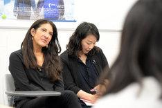生徒の話に耳を傾けるレイチェル・ドレッツィン(左)。