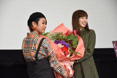 小清水亜美(右)に花束を手渡す三瓶由布子(左)。