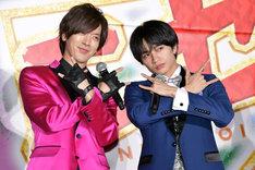 """左から""""ウィッシュ""""のポーズを決めるDAIGO、中島健人。"""