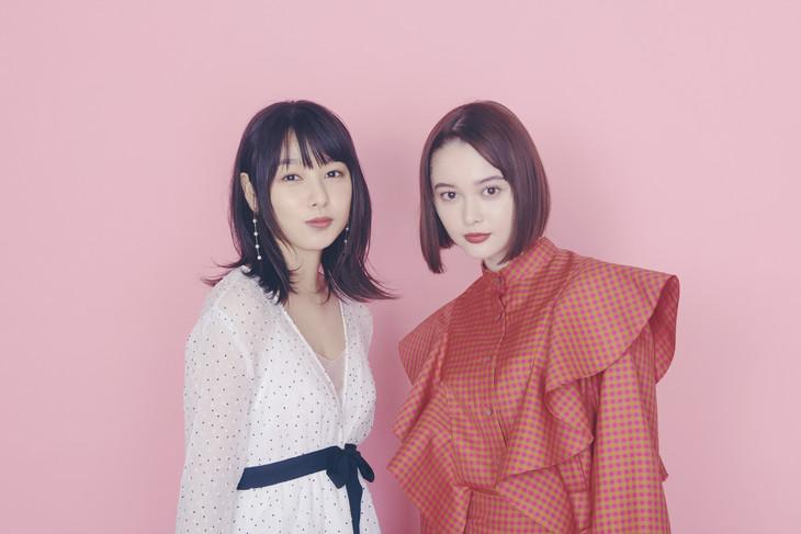 左から桜井日奈子、玉城ティナ。(撮影:入江達也)