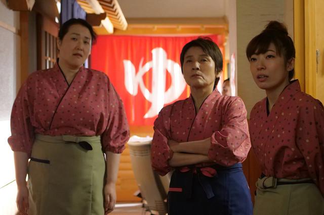 「まく子」より、根岸季衣演じるキミエおばちゃん(中央)。