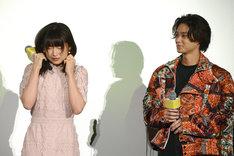 劇中のシーンを再現する桜井日奈子(左)と笑いをこらえる磯村勇斗(右)。
