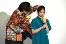 劇中のシーンを再現する磯村勇斗(左)と桜田ひより(右)。
