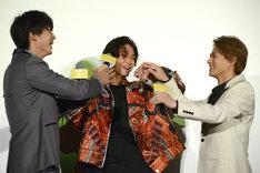 回答がそろって喜び合う男子チーム。左から伊藤健太郎、磯村勇斗、平野紫耀。