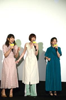 声を合わせて回答する女子チーム。左から桜井日奈子、玉城ティナ、桜田ひより。