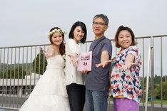 「ダンスウィズミー」撮影現場より。左からchay、三吉彩花、矢口史靖、やしろ優。