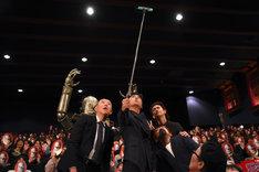 イベントの最後に観客と一緒に自撮りをする登壇陣。