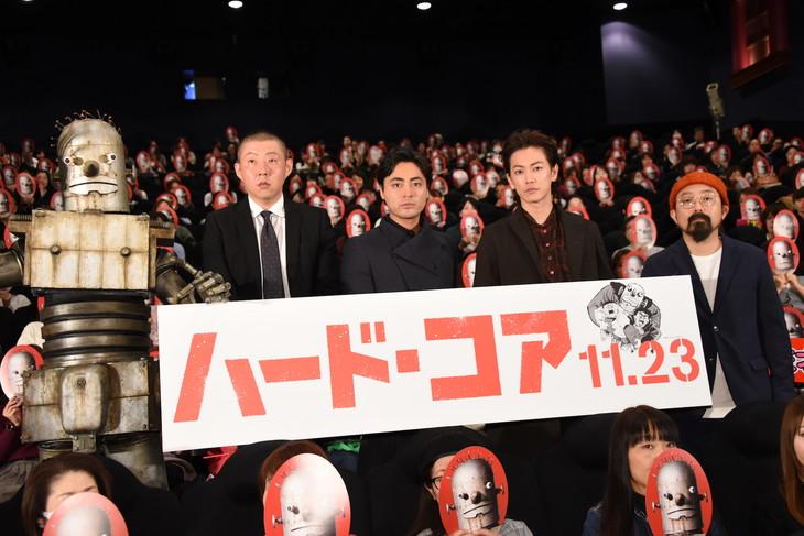 「ハード・コア」完成披露上映会の様子。左からロボオ、荒川良々、山田孝之、佐藤健、山下敦弘。