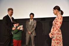 吉田羊(右)への手紙を読み上げる小山春朋(左から2番目)。