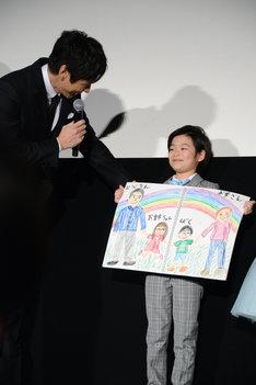 絵を褒める西島秀俊(左)。