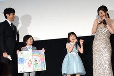 歌とダンスを披露する稲垣来泉(左から3番目)と篠原涼子(右端)。